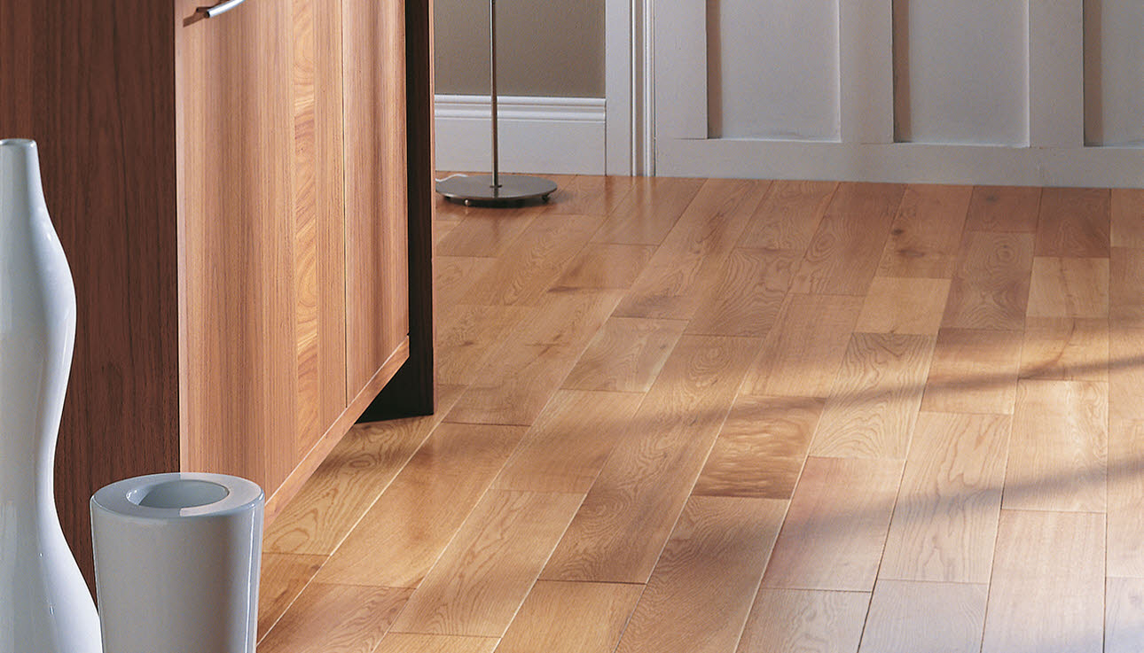 Oak rustic lacquered solid wood flooring